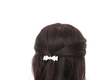 Mašnica sa cirkonima Špangica za kosu sa cirkonima Ukrasna špangica za kosu je savršeni svečani ukras za kosu koji će pristajati svakoj frizuri bilo da se radi o vjenčanoj frizuri, frizuri za Prvu pričest, Svetu potvrdu ili bilo koju drugu svečanu prigodu.